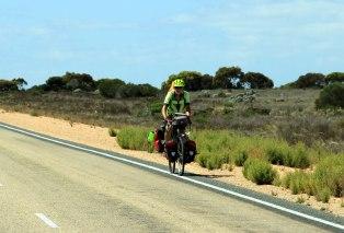 Eyre-Hwy-Cyclist