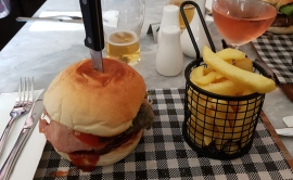 Magpie & Stump Hotel-Burgers are great!