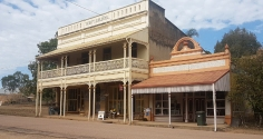 Ravenswood-Thorps Building now cafe